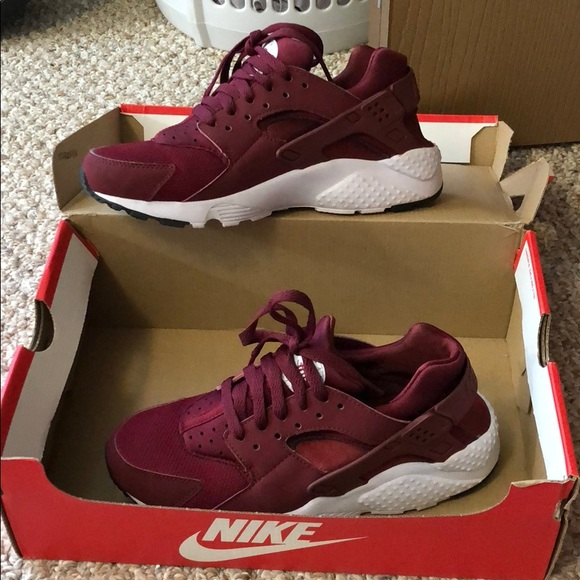 detailed look c7589 968b8 huaraches Nike maroon/burgundy sneakers